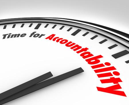 compromiso: Tiempo para las palabras de rendición de cuentas sobre la carátula de un reloj que muestra la importancia de asumir la responsabilidad de sus acciones o de trabajo