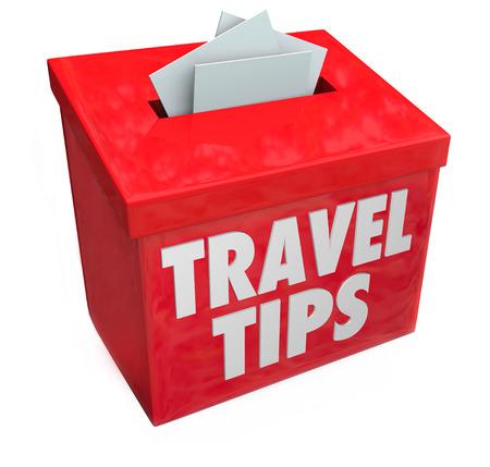 Reistips woorden op een rode ideeënbus het verzamelen van uw tips, advies, feedback en beoordelingen of andere informatie te delen met reizigers Stockfoto - 30365870