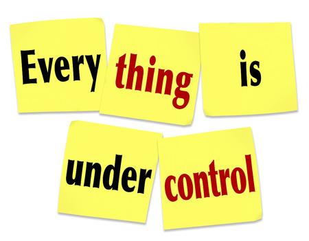 contrema�tre: Tout est sous les mots de contr�le sur les notes collantes comme un message que le travail, t�che, un projet ou d�fi est manipul� par des personnes comp�tentes