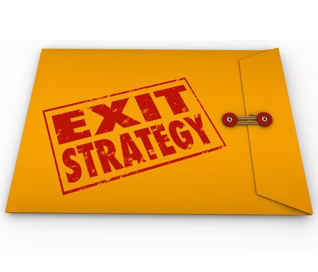 Exit Strategy woorden gestempeld op een gele envelop als een plan om te ontsnappen of eruit te komen van een ongewenst contract of regeling