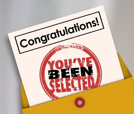 Gefeliciteerd U hebt gekozen woorden op een officiële brief of kennisgeving in een envelop om een winnende kandidaat of gelukkige persoon
