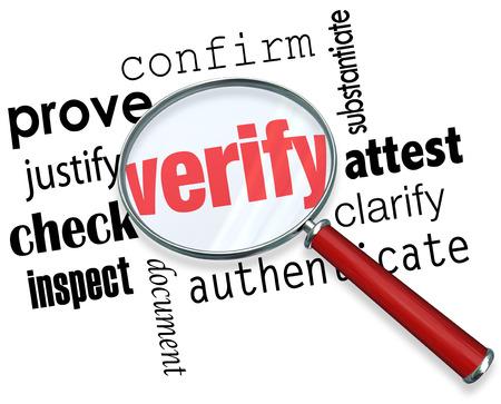 Verifiëren woord onder vergrootglas en gerelateerde termen willen bewijzen, te rechtvaardigen, te bevestigen, getuigen, te verduidelijken, te authenticeren, document, inspecteren en controleren Stockfoto