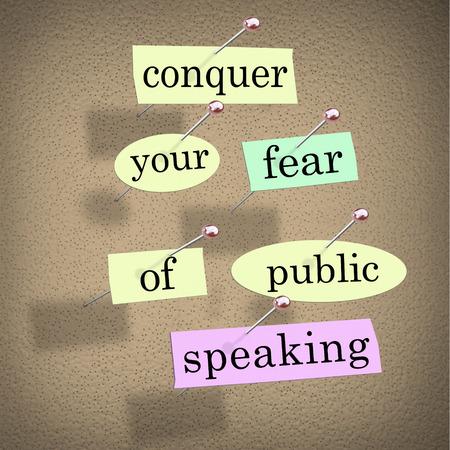 hablar en publico: Conquistar el miedo de las palabras para hablar en público en papeles clavado en un tablón de anuncios, consejos para superar el miedo escénico al dar un importante discurso en un evento o reunión Foto de archivo