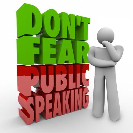 Befürchten Sie nicht Public Speaking 3D Worte neben einem denkenden Menschen zusammen, um die Angst vor Reden halten vor einem Publikum oder Lampenfieber zu überwinden Standard-Bild