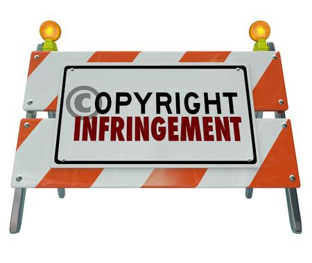 protecting your business: Palabras de infracci�n de copyright en una se�al barricada de construcci�n de carreteras que ilustra una violaci�n de la propiedad intelectual o la pirater�a
