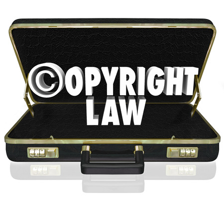 protecting your business: Palabras leyes de copyright y c s�mbolo en letras 3d en un malet�n de cuero negro de un abogado o un abogado en un juicio VIOLACI�N contra la pirater�a