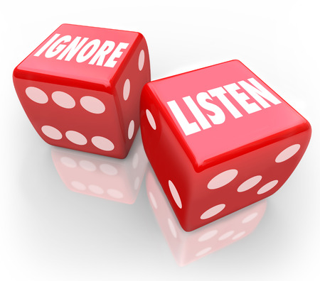 poner atencion: Escuchar y haga caso de las palabras en dos dados rojos 3d para ilustrar la opción de pagar la atención o evitar escuchar a una persona o grupo