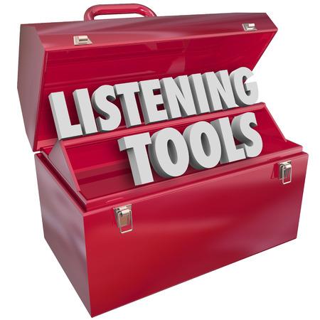 monitoreo: Escuchar Herramientas palabras en letras 3d en una caja de herramientas de metal rojo para ilustrar los medios de comunicaci�n las herramientas y los recursos de monitoreo social que presten atenci�n a los lectores, los fans o el p�blico