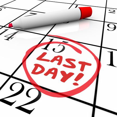 Las últimas palabras del día escritas en tinta marcador rojo en una fecha del calendario y un círculo como un recordatorio de la fecha límite, por período o vencimiento Foto de archivo
