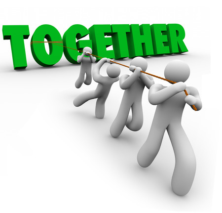 comit� d entreprise: �quipe de personnes tirant Ensemble mot en lettres 3d verts pour illustrer travailler � l'unisson pour atteindre un objectif ou un d�fi et la force du nombre