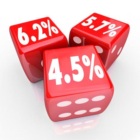 Rente aantallen en percentages op drie rode dobbelstenen op speciale lage tarieven op schuldfinanciering of creditcards adverteren Stockfoto - 31614456
