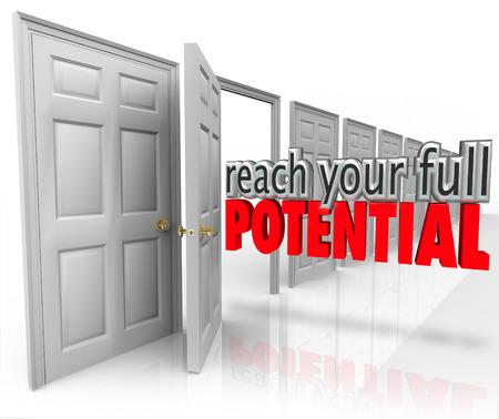 Raggiungere il pieno potenziale 3d parole che escono una porta aperta che conduce alla crescita e opportunità nella tua JOP, carriera, affari o la vita Archivio Fotografico