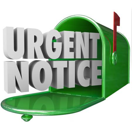 Palabras aviso urgente en letras 3d entregados a un buzón verde para el correo importante información, mensaje, alerta o correspondencia crítico