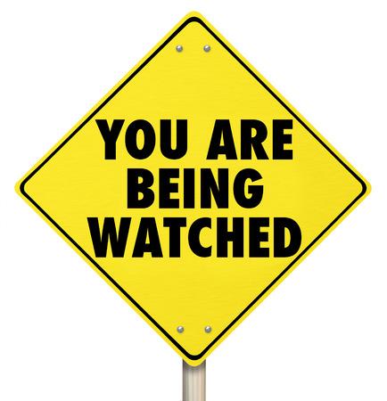 violaci�n: Le est�n las palabras en una se�al de alerta amarilla observ� como una violaci�n de la privacidad o la seguridad para prevenir el delito