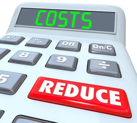 Reducir los costos de las palabras en una calculadora de plástico 3d para ilustrar el manejo de un presupuesto y los gastos de corte para mejorar sus finanzas Foto de archivo