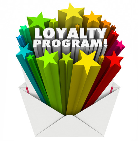 Loyaliteitsprogramma 3d woorden in kleurrijke sterren schieten uit een envelop