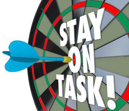 diligente: Permanecer en su tarea palabras 3d en un tablero de dardos para ilustrar ser diligente y completar un trabajo, proyecto o trabajo Foto de archivo