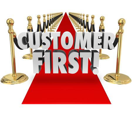 레드 카펫에 고객 우선 단어가 가장 중요한 과제로 고객 서비스 및 지원에 배치 우선 순위의 중요성을 설명하기 위해