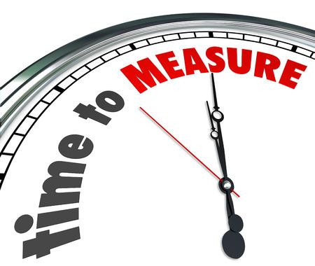Tijd om woorden Meet op een 3d klok u eraan te herinneren om uw prestatieniveau te meten en te controleren succes Stockfoto