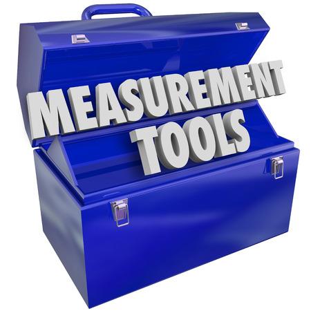 evaluacion: Herramientas de Medición palabras en letras 3d en una caja de herramientas de metal azul para medir su nivel de rendimiento