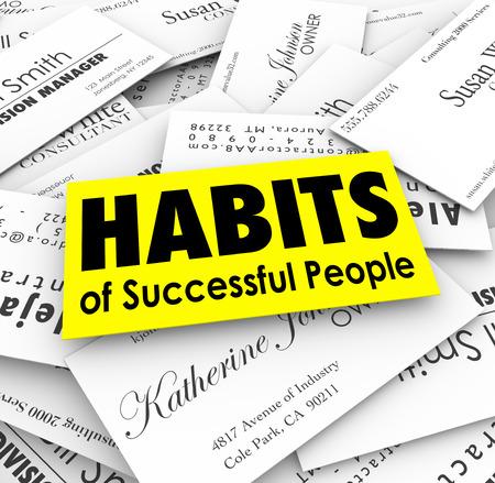 gente exitosa: Hábitos de palabras las personas de éxito en la pila de tarjetas de negocios para ilustrar las técnicas de potentes y avanzadas profesionales de carrera Foto de archivo