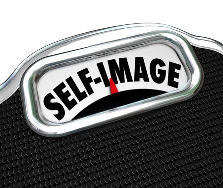 trastorno: Palabras auto imagen en una pantalla de la balanza para ilustrar la necesidad de la dieta y bajar de peso para mejorar la apariencia