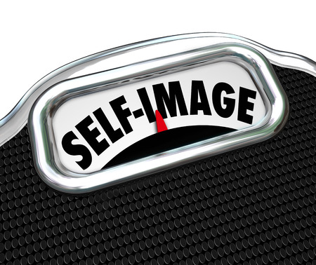 Zelf Afbeelding woorden op een schaal display om te illustreren de noodzaak om voeding en gewicht om het uiterlijk te verbeteren verliezen