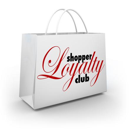 Shopper palavras Loyalty Club em um saco de loja de shopping como um programa de recompensas promocionais para clientes e consumidores