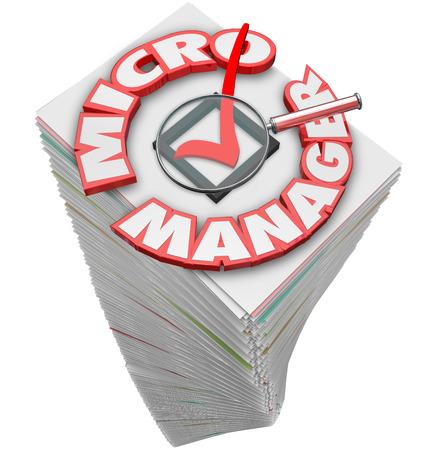 dictatorial: Parole Gestione Micro in lettere 3d su una pila di carte e lente di ingrandimento per illustrare un capo o datore di lavoro che sui controlli lavoratori Archivio Fotografico