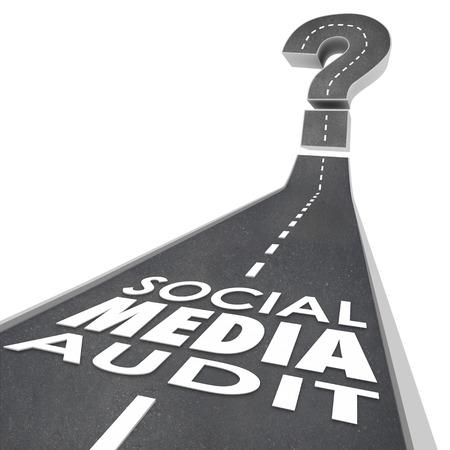 Palabras de Auditoría Social Media en un camino para ilustrar la medición o monitoreo de efectividad de las campañas de marketing en línea o digital Foto de archivo