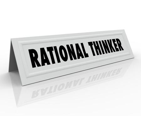 pensador: Palabras pensador racional en una tarjeta de nombre carpa para una persona, orador o panelista que está expresando el pensamiento sensato y razonable