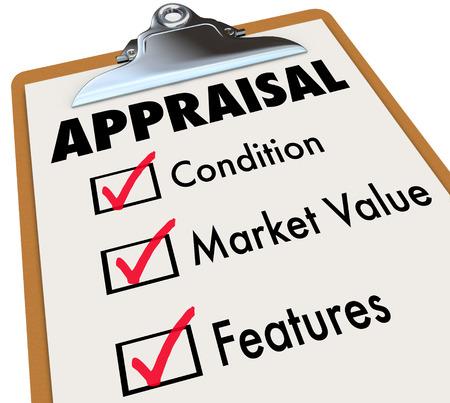 Evaluación palabra en un checklist con los principales factores de evaluación incluyendo la condición, valor de mercado y características Foto de archivo