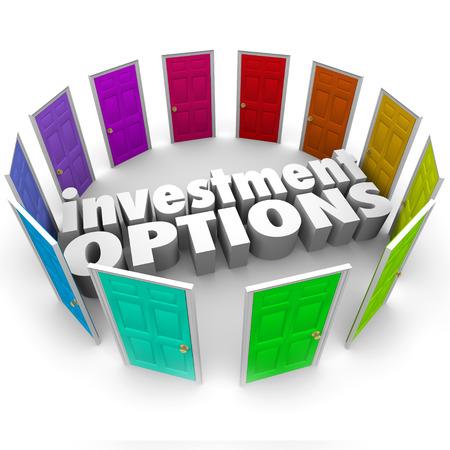 rendite: Opzioni di investimento parole 3D circondato da porte che illustrano numerosi sentieri o le scelte per il risparmio di denaro, tra 401k, IRA, annunity, azioni o obbligazioni