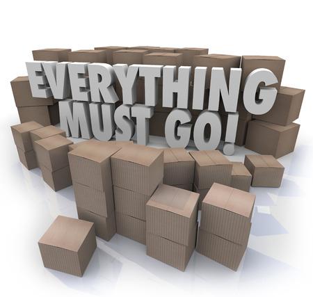 Everything Must Go woorden in 3d letters omgeven door kartonnen dozen in een winkel magazijn naar overstock inventaris illustreren voor een verkoop of clearnace evenement Stockfoto