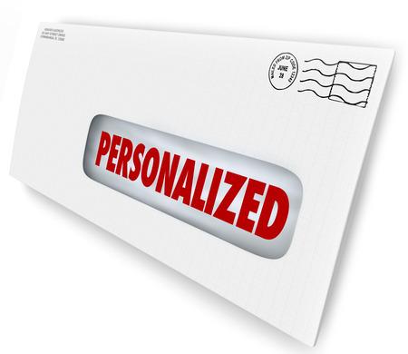 Gepersonaliseerde woord op een envelop of brief met specifieke individuele boodschap voor marketing of reclame aan één klant of lid van het publiek Stockfoto