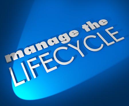 ciclo de vida: Administrar las palabras 3D del ciclo de vida en el fondo azul para ilustrar la necesidad para supervisar el desarrollo y la transformación de las ventas potenciales, comunicación o activos Foto de archivo