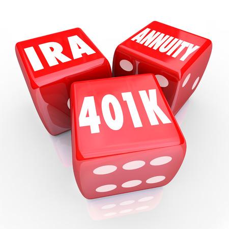 rendite: 401K IRA e di rendita parole su tre dadi rossi per illustrare rischi e possibilit� di risparmio per la pensione con i conti fruttiferi