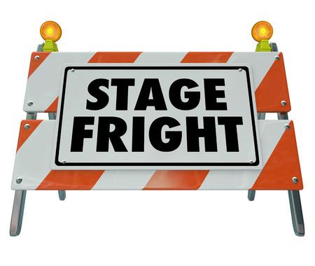 hablar en publico: Stage Fright palabras en una barricada o inicia sesión para ilustrar un miedo a hablar en público o actuación ante una audiencia o público
