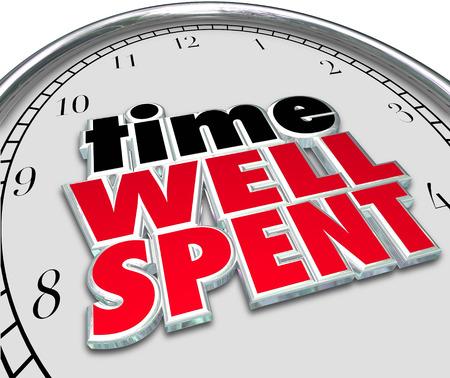 Gut genutzte Zeit Worte auf einem Zifferblatt als Sprichwort oder Zitat, welches eine gute Investition an Aufwand und Ressourcen mit positiven ROI oder Return on Investment Standard-Bild