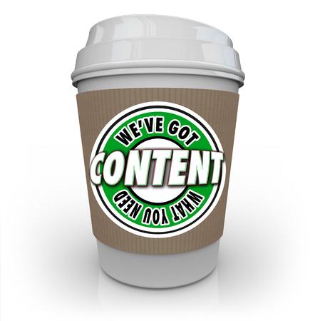 콘텐츠 - 소비자, 고객에게 기사, 정보, 사진, 비디오 등을 제공하는 콘텐츠 전달 네트워크 또는 CDN을 상징하는 플라스틱 커피 잔에 대한 단어가 있습니 스톡 콘텐츠