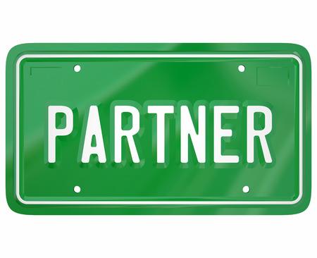 cooperativismo: Palabra socio en una placa de matr�cula del autom�vil verde para mostrar a alguien que se ha unido a un grupo, empresa, cooperativa, empresa, asociaci�n u organizaci�n