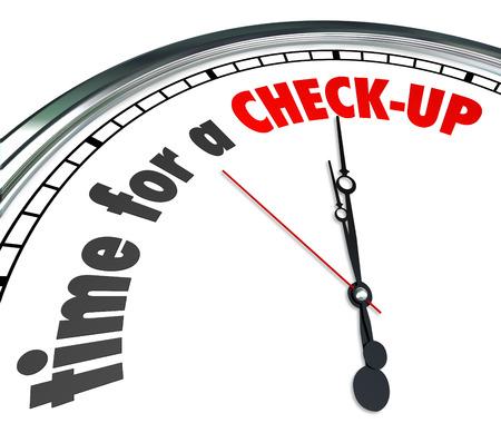 buena salud: Tiempo para un chequeo palabras en una esfera de reloj como un recordatorio para obtener un examen f�sico, examen o evaluaci�n como medida de precauci�n preventivo y buena atenci�n de salud Foto de archivo
