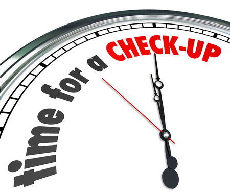 Tijd voor een check-up woorden op een klok als een herinnering aan een fysieke, onderzoek of evaluatie als een preventieve voorzorg en een goede gezondheidszorg te krijgen