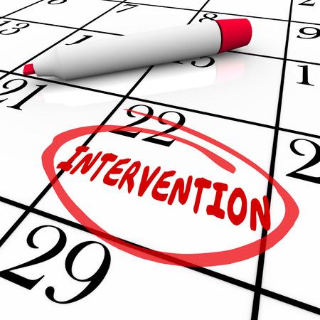 przypominać: Słowo Interwencja kółku w kalendarzu czerwonym długopisem lub markerem, aby przypomnieć o pomoc, pomoc i leczenie znajomego lub rodziny
