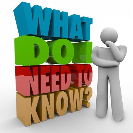 pensador: ¿Qué necesito saber palabras en letras 3d al lado de un pensador preguntándose acerca de la información que debe tener un trabajo, tarea o aprendizaje en la educación Foto de archivo