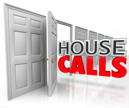 House Calls mots 3d sortir une porte ouverte pour illustrer un rendez-vous de visiter un médecin ou un autre fournisseur de service professionnel Banque d'images - 34406634