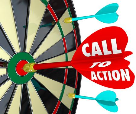 in action: Llame a las palabras de acción sobre un dardo golpear un blanco en un tablero para ilustrar un mensaje de marketing o publicidad con el objetivo de fomentar una venta, la respuesta o la conversión de un cliente Foto de archivo