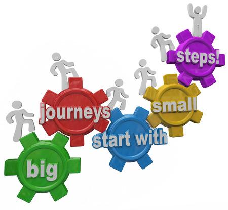 empezar: Grandes Viajes Comienza con pasos pequeños 3d palabras en los engranajes y las personas marchando o subir hasta alcanzar el éxito en el trabajo, la carrera o la vida Foto de archivo
