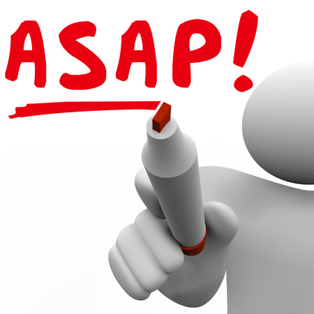abbreviated: ASAP parola scritta dall'uomo con un pennarello rosso per dirvi di agire rapidamente e con velocit� veloce per una questione o una richiesta urgente o importante