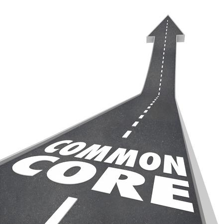 Palabras Common Core en un camino que conduce hacia arriba para el éxito para ilustrar los nuevos estándares de la escuela en el aprendizaje y las pruebas y plan de estudios revisado Foto de archivo - 35021249